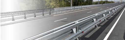 Металлические барьерные ограждения и опоры освещения